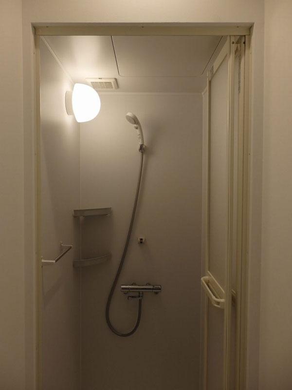 浴槽付きの浴場はなく、シャワーブースが2室ある