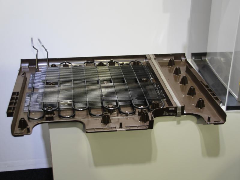 従来冷蔵庫本体の下側に配置していた放熱器を側面に配置した