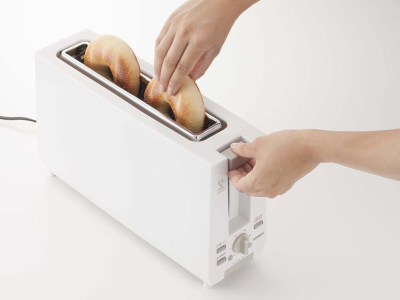 ベーグルなど小さめのパンにも対応する。取り出す際は、セットレバーを持ち上げる