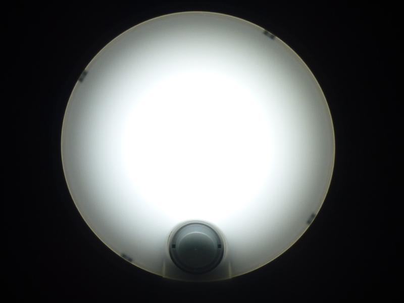 点灯した状態を真下から見る。センサーの部分は黒く見える。また、中央部が明るく、周囲は暗いのが分かる