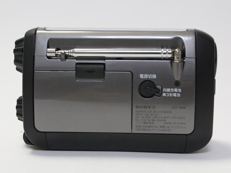 単三形電池と内蔵電池のどちらを電源として使うかは、スイッチで切り替える