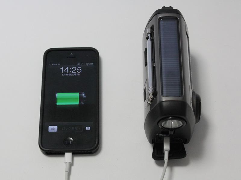 iPhone 5へ給電しているところ。十分な容量は充電できなかった