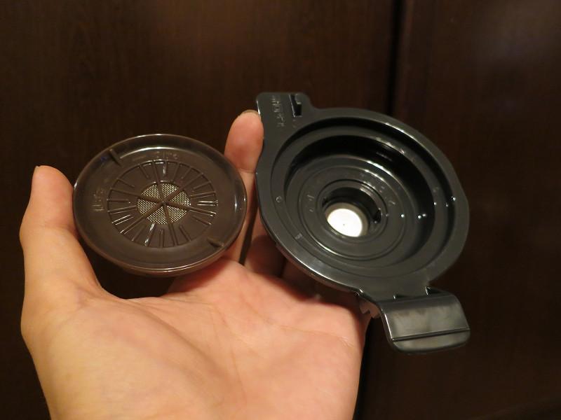 ポッド受けセットは、上部のポッドスペーサーと下部のポッド受けに分かれ、取り外して水洗いできる