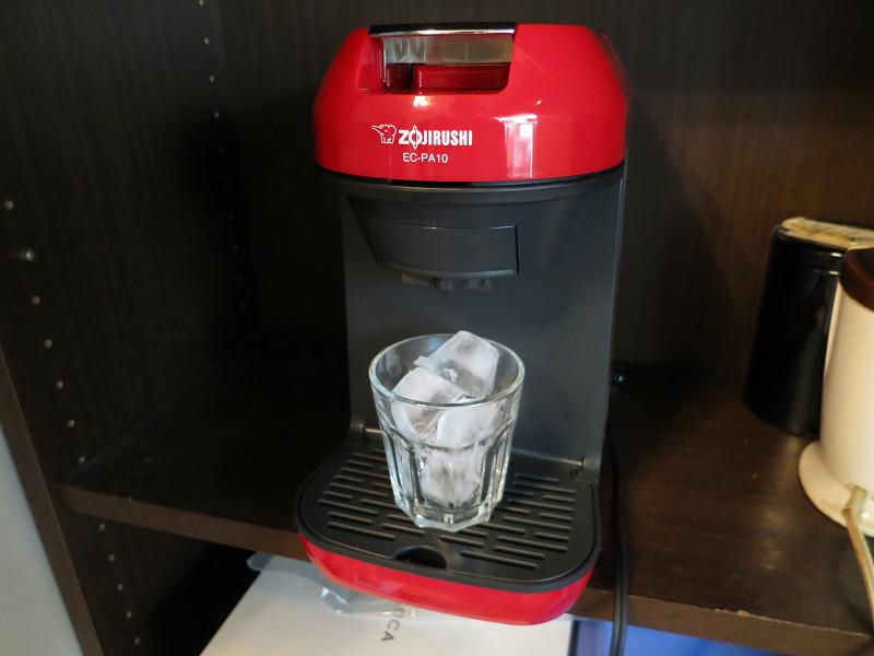 8分目まで氷を入れてグラスをセットする