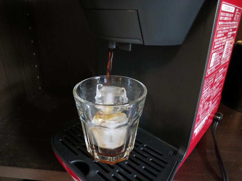 アイスコーヒーを作る際は、最初に少しコーヒーが出て一旦止まり、再度抽出する。これはポッドを蒸らす時間がかかるためという