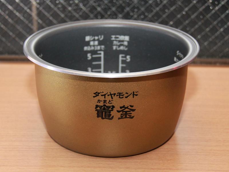 内釜は「ダイヤモンド竈釜(かまどかま)」。ダイヤモンドのコーティングを施すことで、炊飯時に泡をよく発生させるという