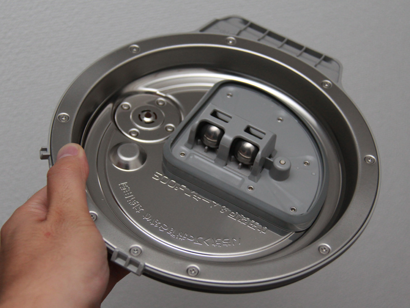 内蓋には、圧力炊飯機能を搭載した炊飯器でお馴染みの、丸い玉が付いている。しかも2個!
