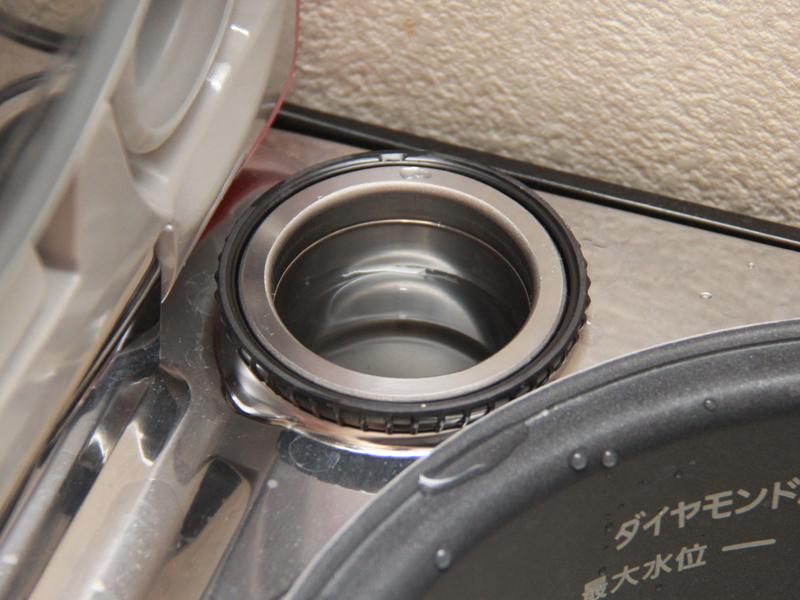 水容器の投入口は、炊飯器本体の釜を入れるスペースの脇にある