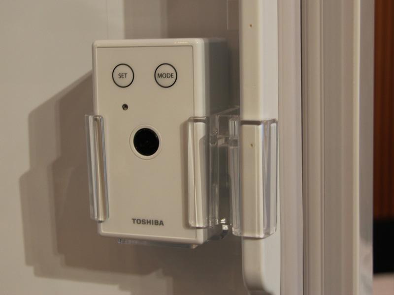冷蔵庫のドアポケットに別売りのカメラを取り付けて使用する