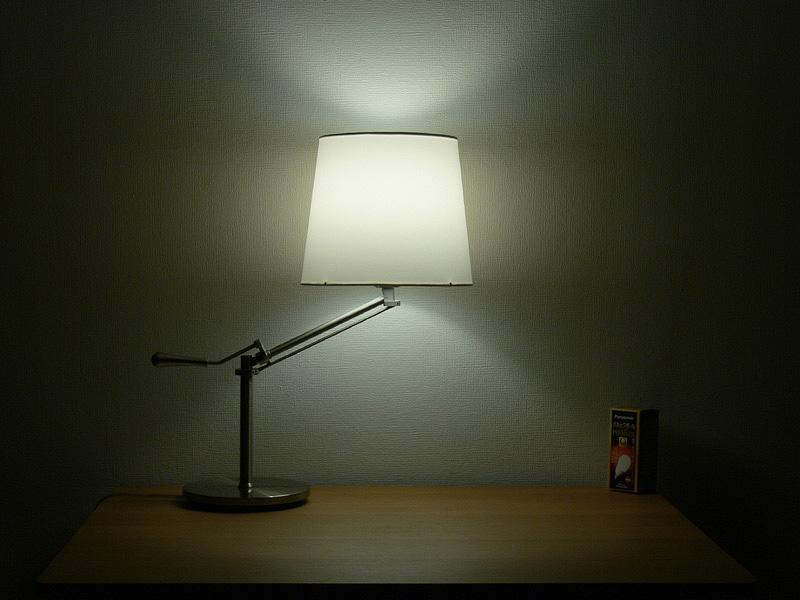 """<strong class="""""""">【電球形蛍光灯】</strong><br class="""""""">白熱電球と遜色なく、シェードのほぼ中心からまんべんなく光る。シェードの上下からもほぼ同じ明るさの光が漏れる"""