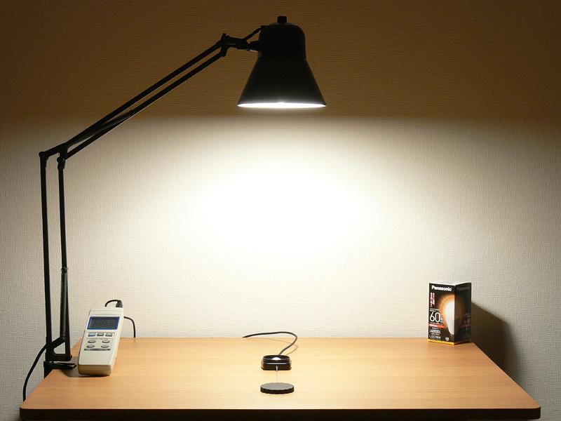 "<strong class="""">【電球色 LDA10L-G/Z60/W:715lx】</strong><br class="""">点灯15分後、電球色の直下は、3色中で数値上は一番暗い。だが、壁面にもたっぷり広がり、60W形白熱電球の印象とほとんど変わらない明るさだ"