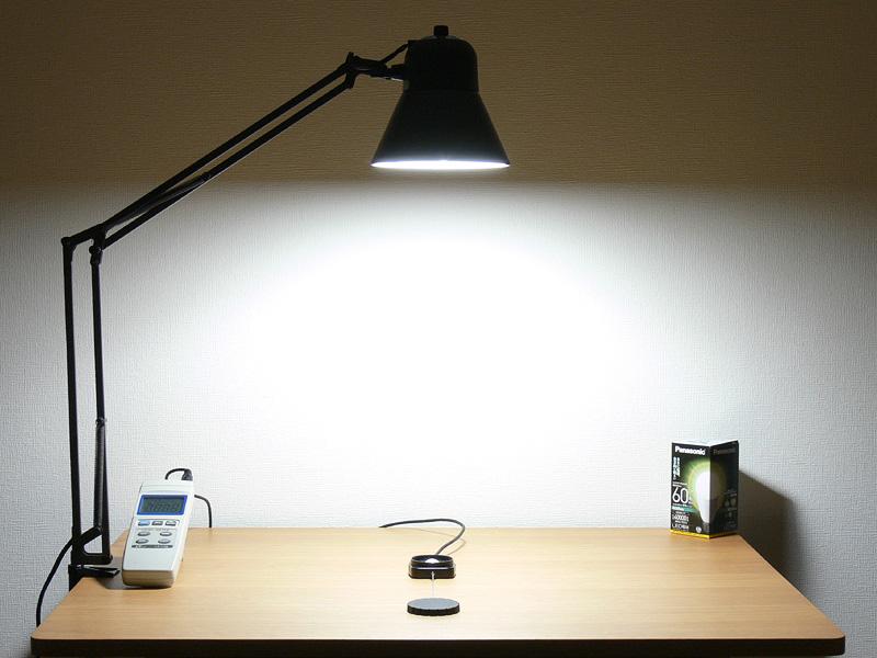 """<strong class="""""""">【昼白色 LDA10N-G/Z60/W:775lx】</strong><br class="""""""">点灯15分後の昼白色の様子。直下の数値は白熱電球に及ばないが白色の光はそれよりも明るく感じる"""