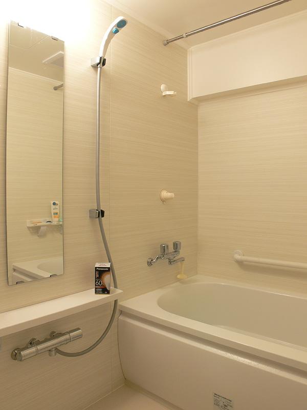 """<strong class="""""""">【電球色 LDA10L-G/Z60/W】</strong><br class="""""""">十分明るく暖かみのある浴室が演出できる。ゆったりと過ごす浴室にふさわしい"""