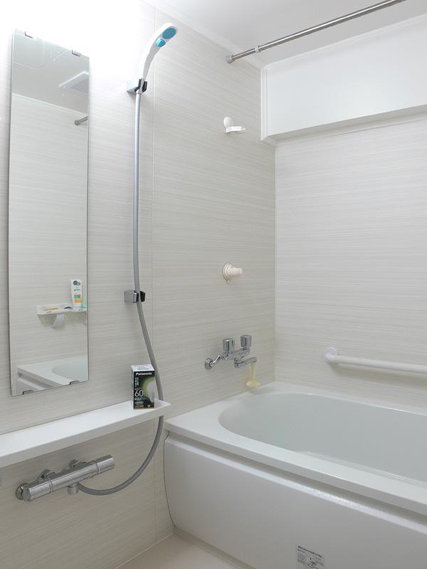"<strong class="""">【昼白色 LDA10N-G/Z60/W】</strong><br class="""">密閉器具に取り付けても浴室全体に明るさが広がる。癖の無い白い光色は清潔感が感じられ、心地良い"
