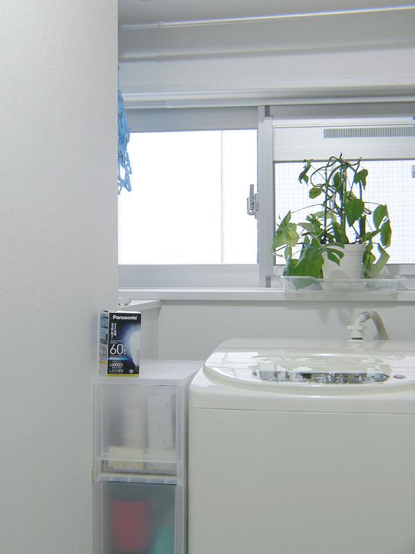 """<strong class="""""""">【昼光色 LDA10D-G/Z60/W】</strong><br class="""""""">青白い光は白と黒のコントラストを際立たせるため、洗濯物の汚れがさらに見やすくなる。洗濯場が独立しているならば、昼光色がおすすめだ"""