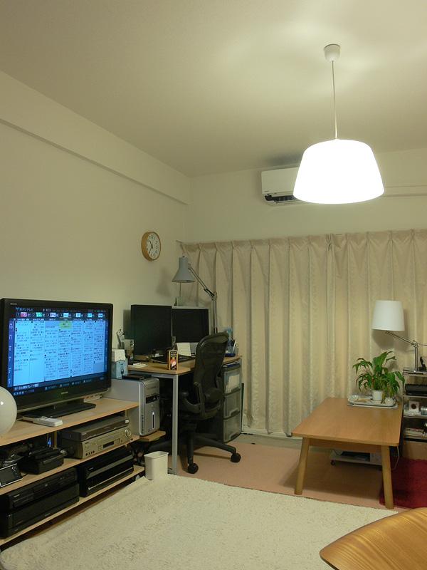 """<strong class="""""""">【電球形蛍光灯】</strong><br class="""""""">白熱電球のように上部、側面へも光が広がる。しかし、木肌のテーブルや床はLED電球よりも暗い印象で、色被り(余計な色が加わること)によりくすんで見える"""