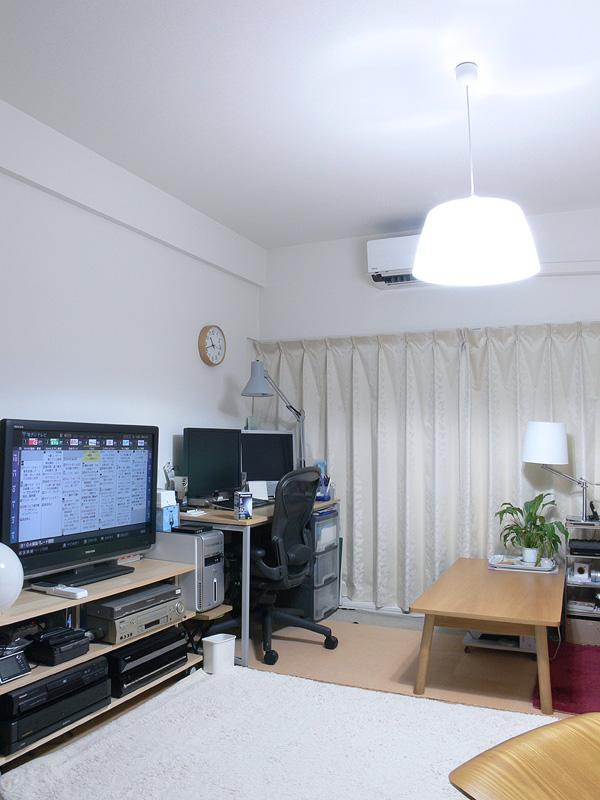 """<strong class="""""""">【昼光色 LDA10D-G/Z60/W】</strong><br class="""""""">涼しげなリビングルームが演出したいなら、昼光色も魅力的だ。硬質なイメージのメタル製の家具などに似合う光色だ"""