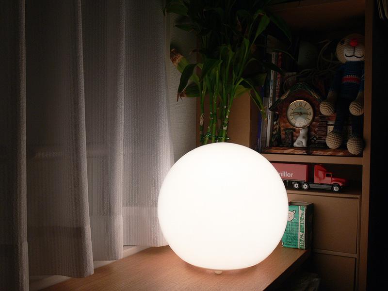 """<strong class="""""""">【白熱電球:20W形】</strong><br class="""""""">明るさを抑えた白熱電球を使用した写真。このぐらいなら、目の触れる高さにおいて直視してもあまり眩しさを感じない"""