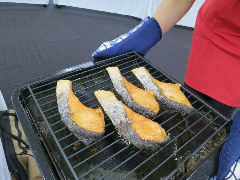 塩鮭の場合、焼き網で焼くより約3.7倍の塩分が落ちる