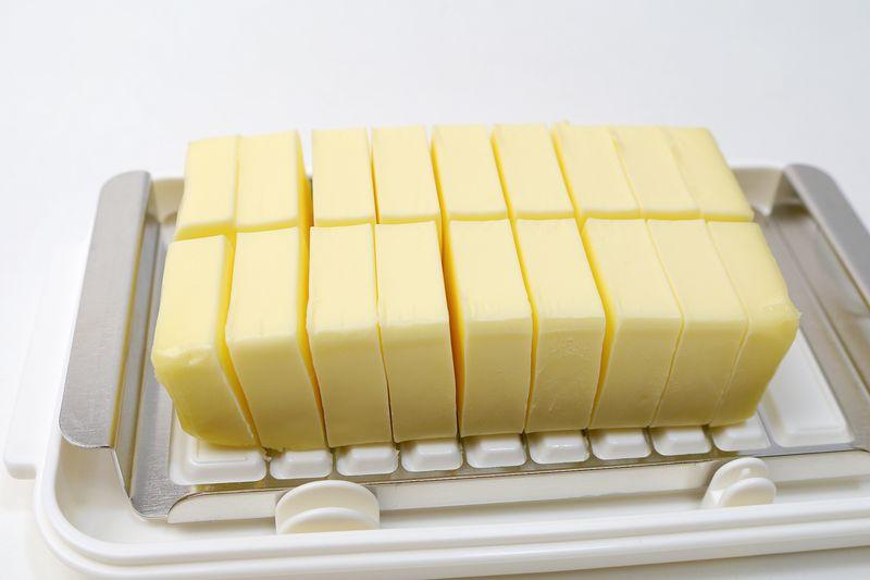 バターの上からバターカッターを押し下げるとこの通り。綺麗にカットできた!