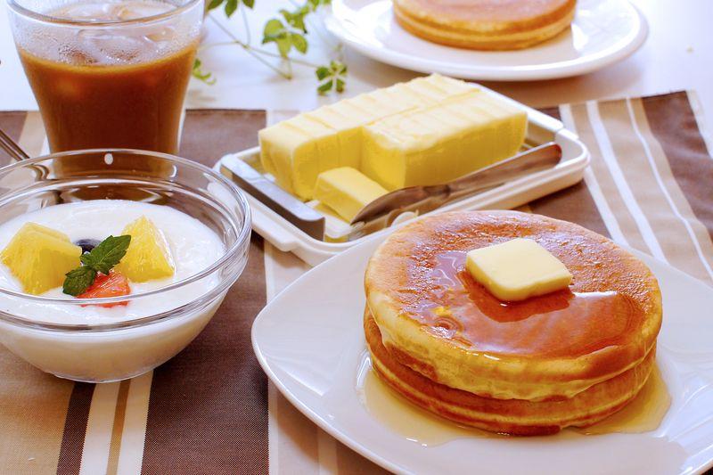 スケーター「ステンレスバターカッター&ケース」(奥)でカットしたバターをホットケーキにのせた様子