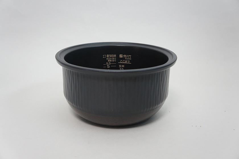 新たに6層コート仕上げとなった本土鍋。最大約5.2mmと分厚い