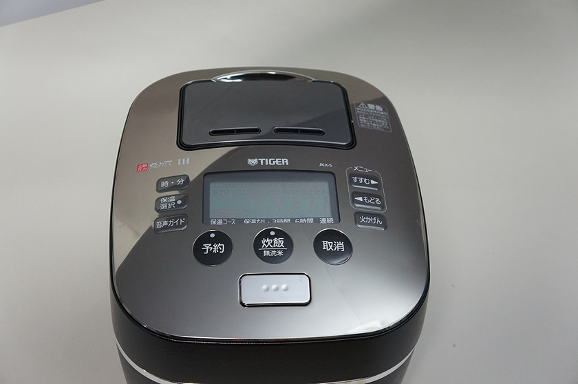 ボタン類はすべて本体上部に配置。液晶パネルを囲むようにボタンが並ぶ