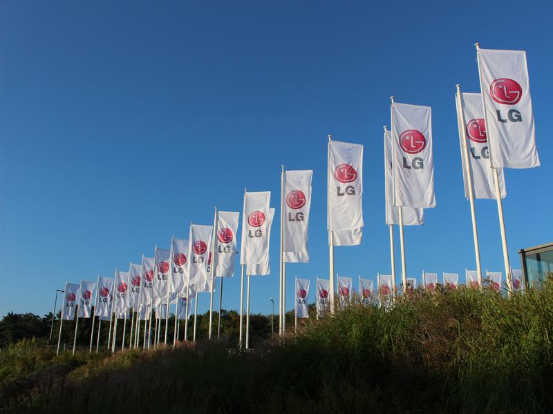 IFAでは世界各国様々なメーカーが出典する。写真は韓国の家電製品メーカーLGの旗。入り口近くに設置されている
