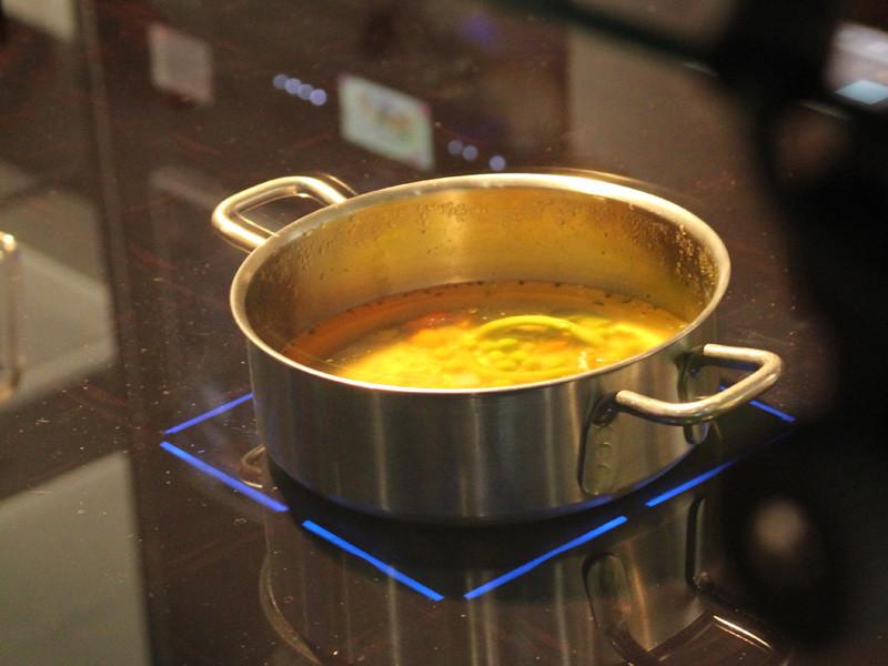 鍋がおいてある場所を検知するなど、これまでのIHクッキングヒーターにはなかった機能を備える