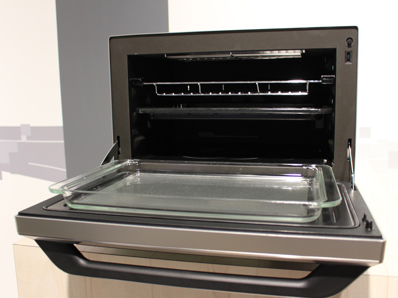 正面の扉を開けたときにガラスの容器が置けるなど、大人数向けの料理に対応している