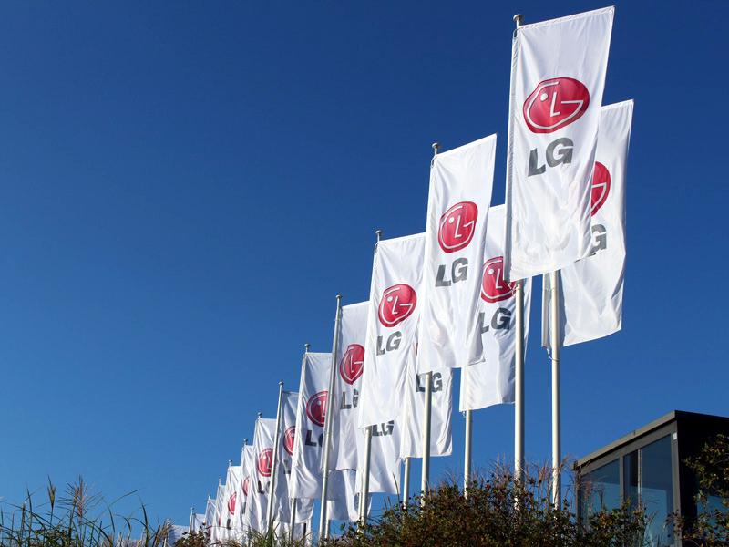 IFA2013が開催されているドイツ・ベルリンのメッセのエントランスにはLGのフラッグが多数ある