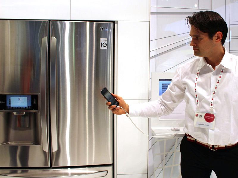 写真撮影後、冷蔵庫に向かってスマートフォンを投げるようなアクションをすると、写真が冷蔵庫に送られるというユニークな仕組み