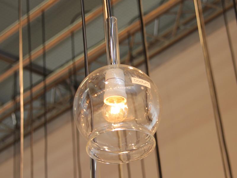 ライトのカバーには同社のフレンチプレスコーヒーメーカーのガラス部分が使われている