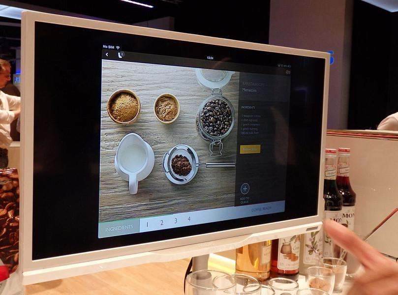 スパイスを使った複雑なコーヒーメニューも画面の指示通りに行なうことで誰にでも失敗なく作れる