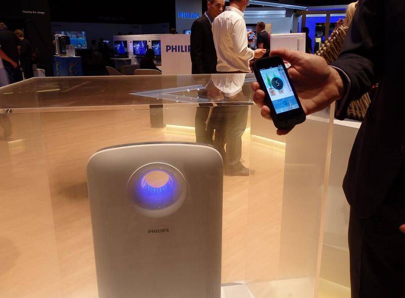 スマホとの連携で部屋の空気環境や地域別の現在の空気環境まで把握することができる。空気の清浄具合を示すスマホアプリの青色と空気清浄機のカラーは連動している