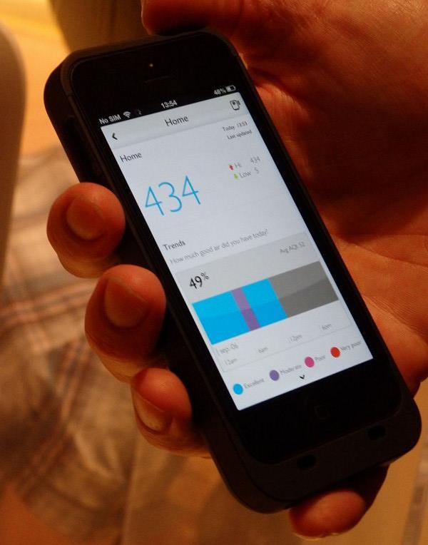 スマホのアプリでは現在の部屋の空気状況を数値で確認できるほか、その日の空気の汚れを時系列で示し、空気の汚れる時間に合わせて空気清浄機の強弱を自動で調節する機能も備える