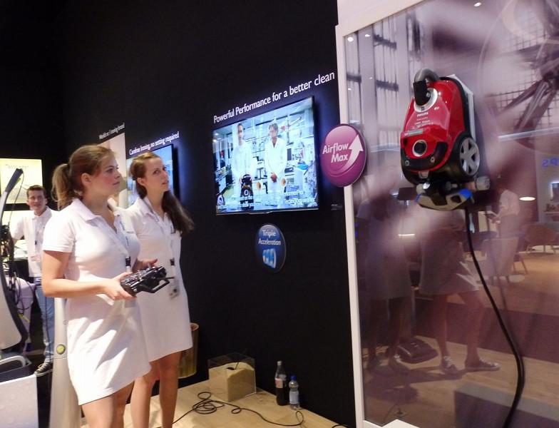 掃除機の吸引力の強さを示すために、壁に吸着させてリモコンで操作するというデモンストレーションが行なわれていた
