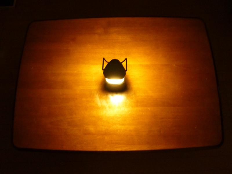約一畳ほどのテーブルの上に置いてみた。テーブルの上はほぼ全部照らせている