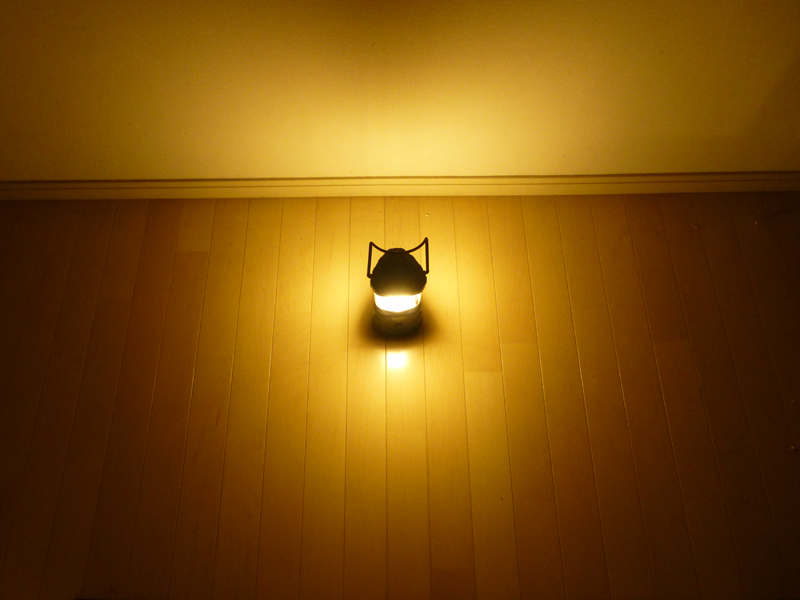 廊下の壁のそばに置いて撮影。基本的に横方向を照らしているが、ランタンの周囲もかなり明るい