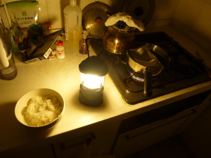 台所での簡単な調理は、ランタンだけでこなせた