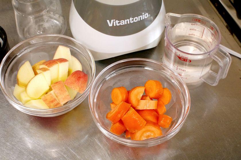 にんじん、りんご、水を用意