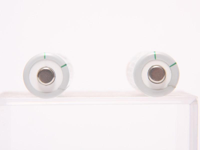 プラス側端子に変更はない。左が新充電式EVOLTA、右が旧充電式EVOLTA