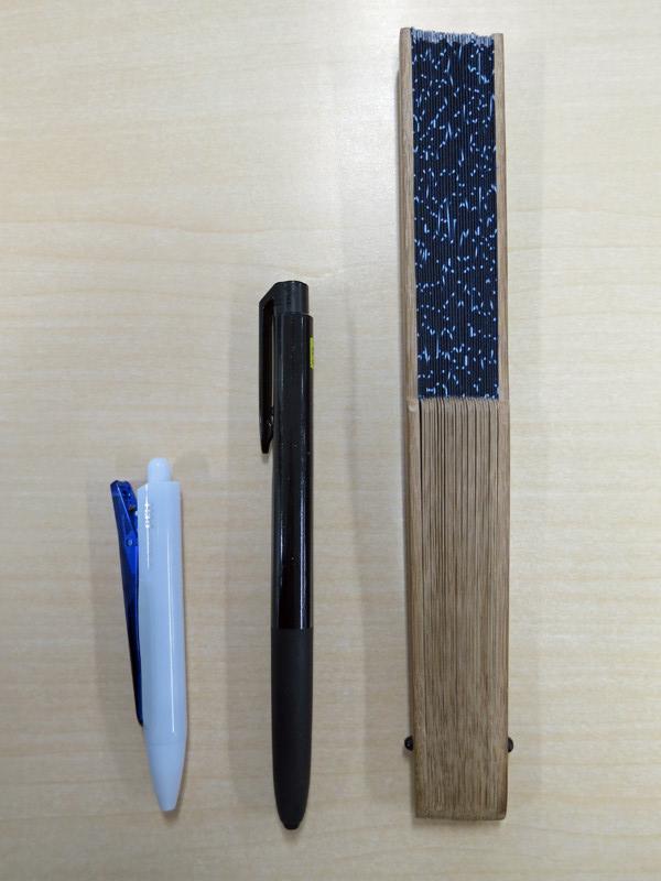 普通のボールペン、扇子と長さを比較。短さがわかると思う