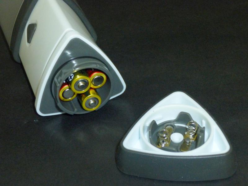 乾電池は2本がプラス極、もう2本がマイナス極を下に向ける