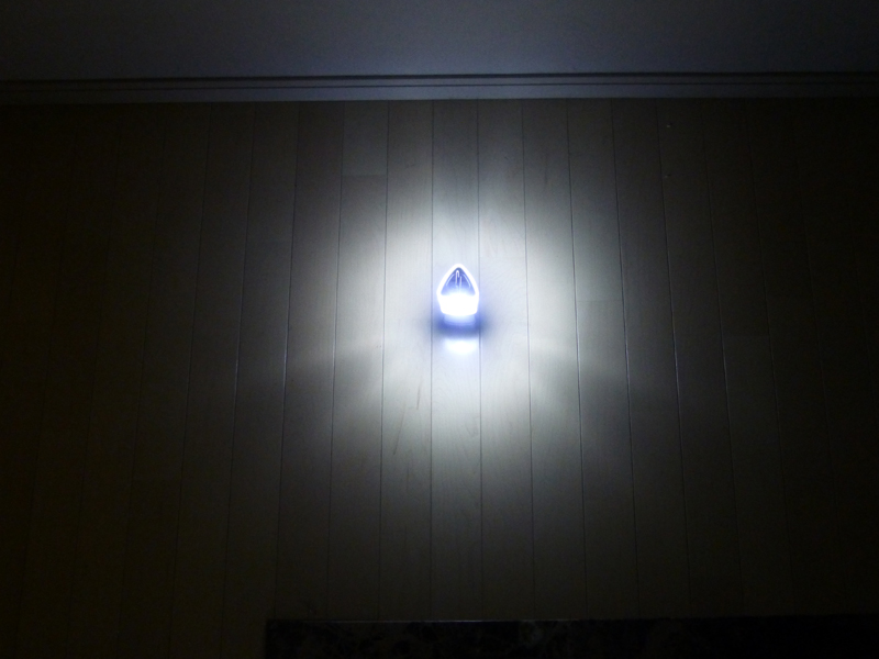 ほぼ全方向を照らす。真横にある壁ではなく、本体のすぐ下が明るいのに注意