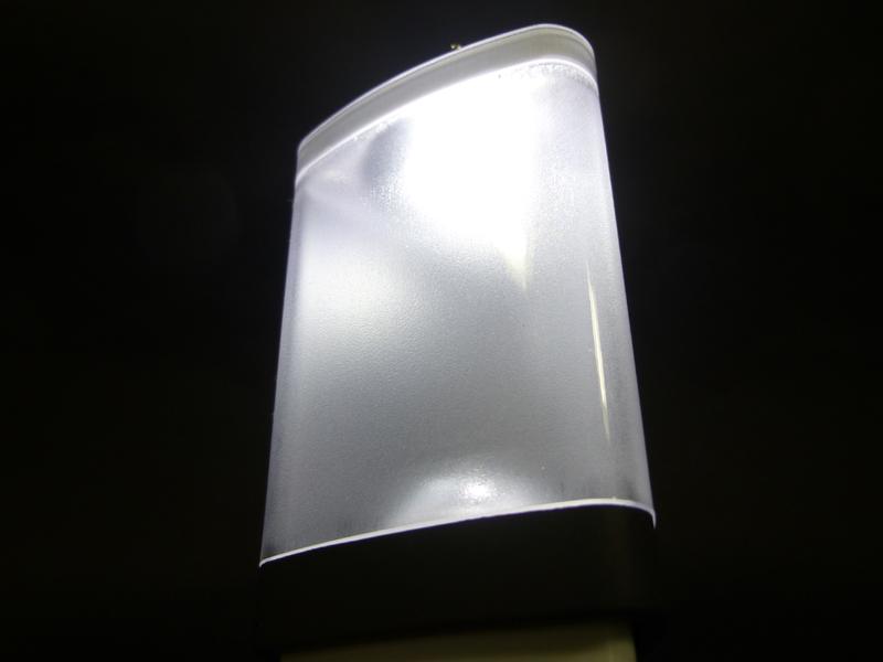 下にあるLEDからの光が、上にある反射板に反射して周囲をて明日
