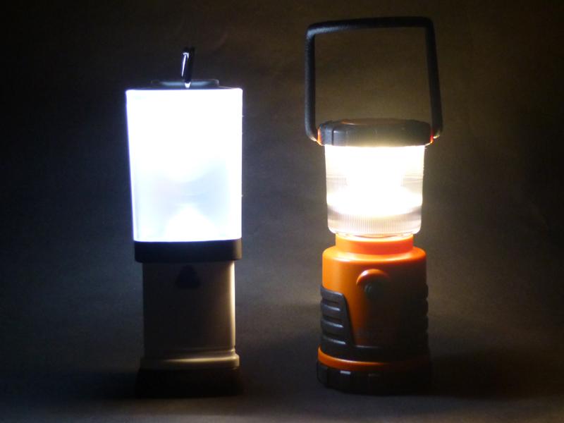 右は、単三電池を使う電球色LEDランタン「EX-1977IS」