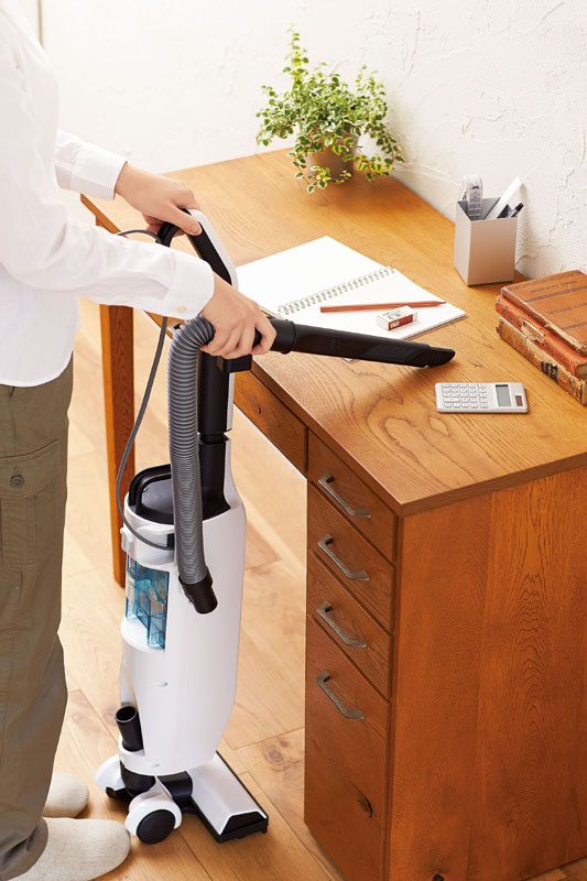 隙間ノズルを使って卓上を掃除する