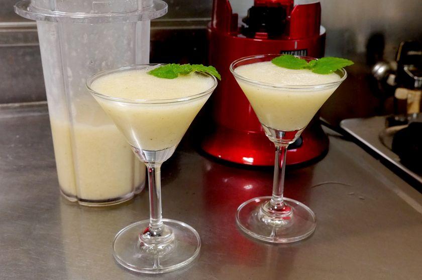 攪拌してできたドリンクをグラスに注ぎ、ミントを飾る