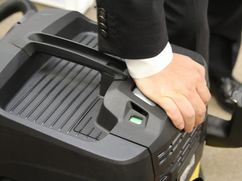 本体上部のボタンを3回押すと、フィルターにたまったチリを落として目詰まりを防げる仕様
